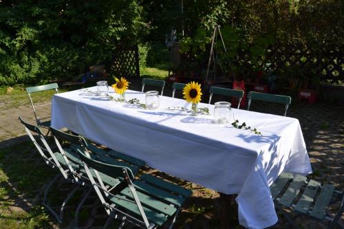 Tisch mit Gedeck (Außenbereich)